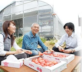 終始なごやかなムードで談笑する、照喜治じいとOisix代表高島・野菜フルーツ担当の小堀