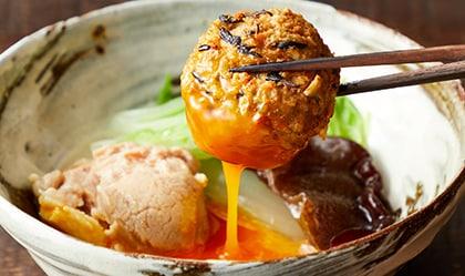 あっさり和風とんこつ黄身だれで楽しむ鶏団子鍋